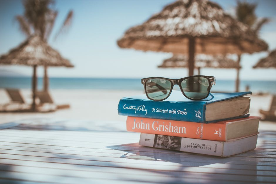 Un buen libro y una copita de vino sin alcohol para un verano 10